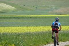 pedalando sul fondo del antico lago